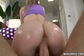 Mujer sin brasier desnuda en su casa
