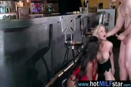 Mujer masturbandose y botando leche