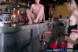 Mujer masturbandose y botando leche paisaje 1