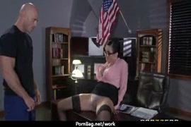 Hombre enano teniendo sexo con mujer alta